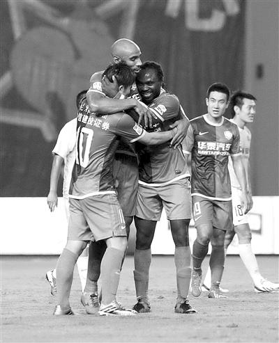卡努特进球后与队友庆祝,他在3人合围下停球后倒地扫射破门,凭一己之力为国安打开胜利之门。 本版图片/Osports
