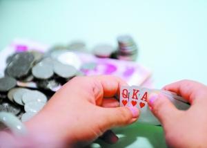 用血汗钱赌博让人缩手缩脚,换成筹码才能出手豪爽。 记者乔军伟摄