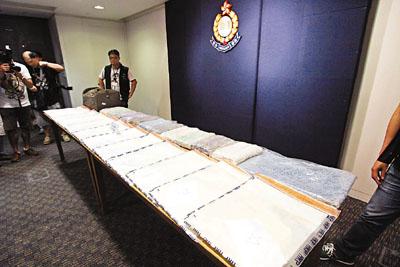 警方首揭用地毯夹层藏可卡因,市值2300万元。香港《文汇报》