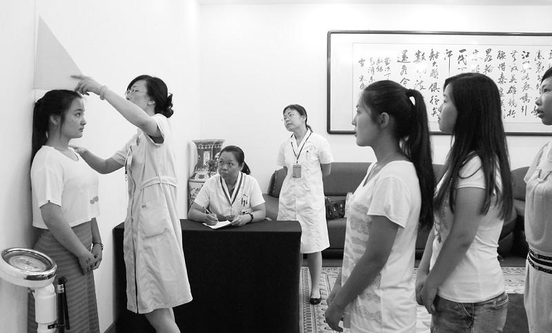 女兵/—本报记者直击女兵征兵体检