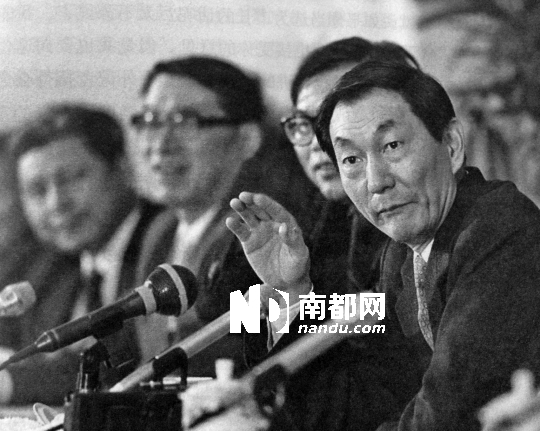 1988年4月30日上海市九届人大一次会议闭幕,新当选的上海市长朱�F基举行第一次中外记者招待会。
