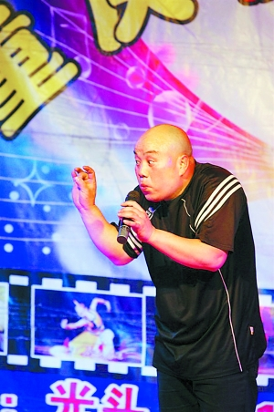 他曾在《三峡好人》中演过歌手如今在永办艺术团继续追梦