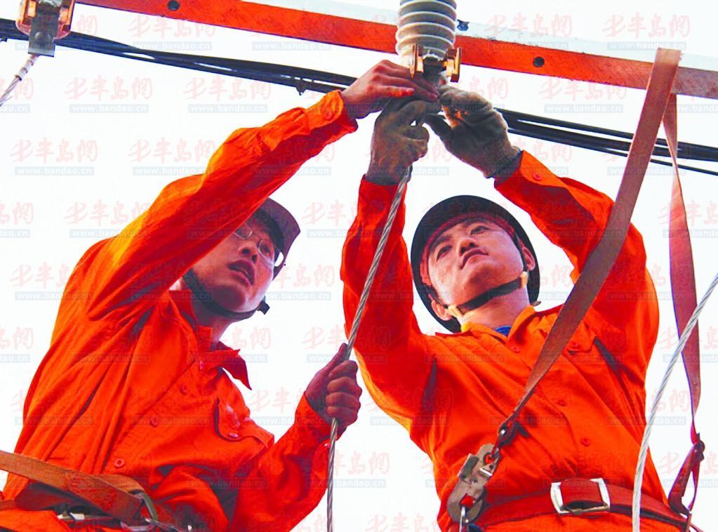 电力人员正在检修线路.图片