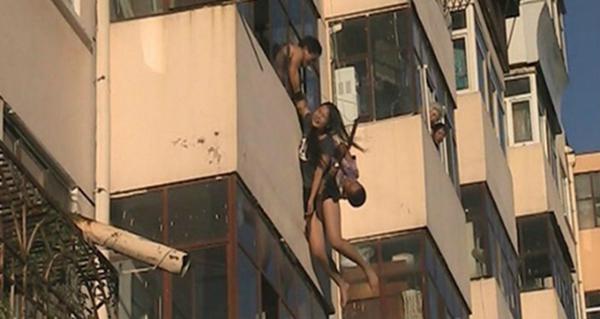 女子5楼跳楼瞬间 被4楼男子一把拽住(组图)-搜