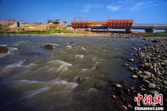 8月11日,南水北调中线控制性工程湍河渡槽工程进展顺利。中新社发 富田 摄