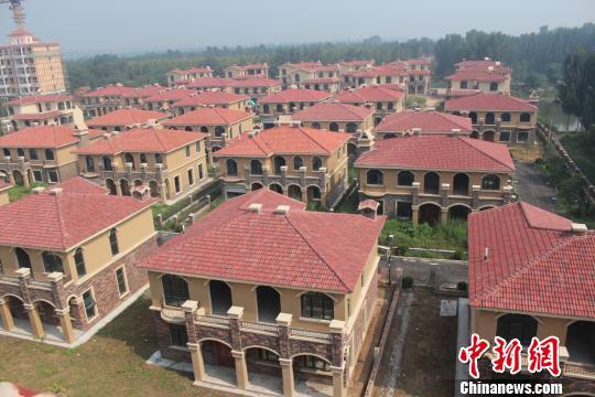 在郑州市惠济区花园口镇申庄村的黄河岸边,这处豪华别墅群蔚为壮观。侯伟胜 摄