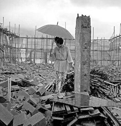 毕美娜在其产业园被强拆的废墟上 图据其微博