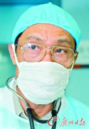 """2003年2月16日,""""非典""""肆虐期,钟南山在病房内。"""
