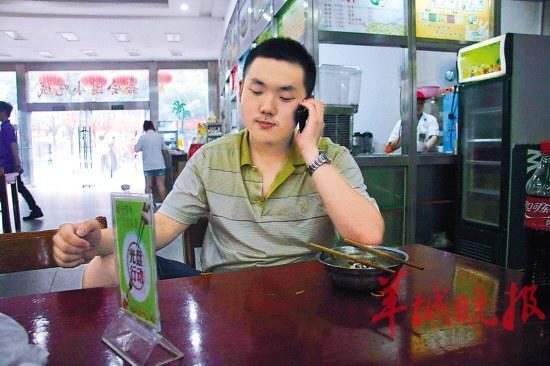罗敬宇在学校创业基地联系业务