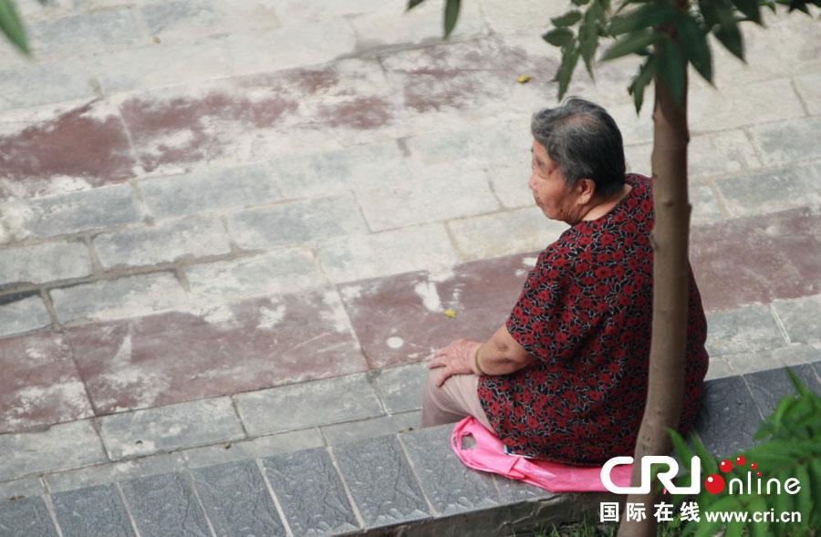 要看老人鸡巴大的_图片故事:别让老人的背景那么孤单(高清组图)-搜狐滚动
