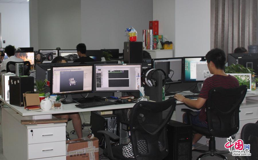 巨人网络的工作环境,图为设计师在进行游戏制作. (中国网 孟超摄)