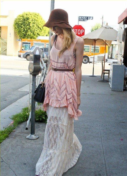 清新 泰勒/波西米亚大长裙搭配一款帽子和黑色肩包。