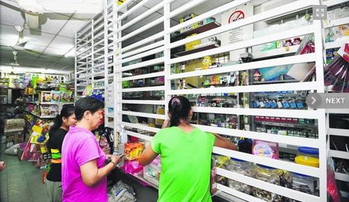 据新加坡联合早报网8月14日报道,由于马来西亚治安状况欠佳,当地多处商业区为躲避抢劫,都关上铁栅栏营业,在一些特定行业,甚至先与顾客约好时间,才开门让顾客进来。