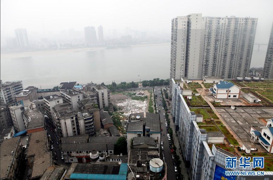 2013年8月,湖南省衡阳市石鼓区一家居广场有一个近2万平方米的楼顶。在这个近三个足球场大小的家居广场楼顶上,25栋别墅整齐地排列着。此事被媒体曝光后引发各界关注。