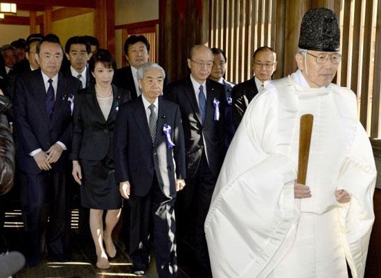 """原文配图:日本168名议员集体""""拜鬼""""。"""