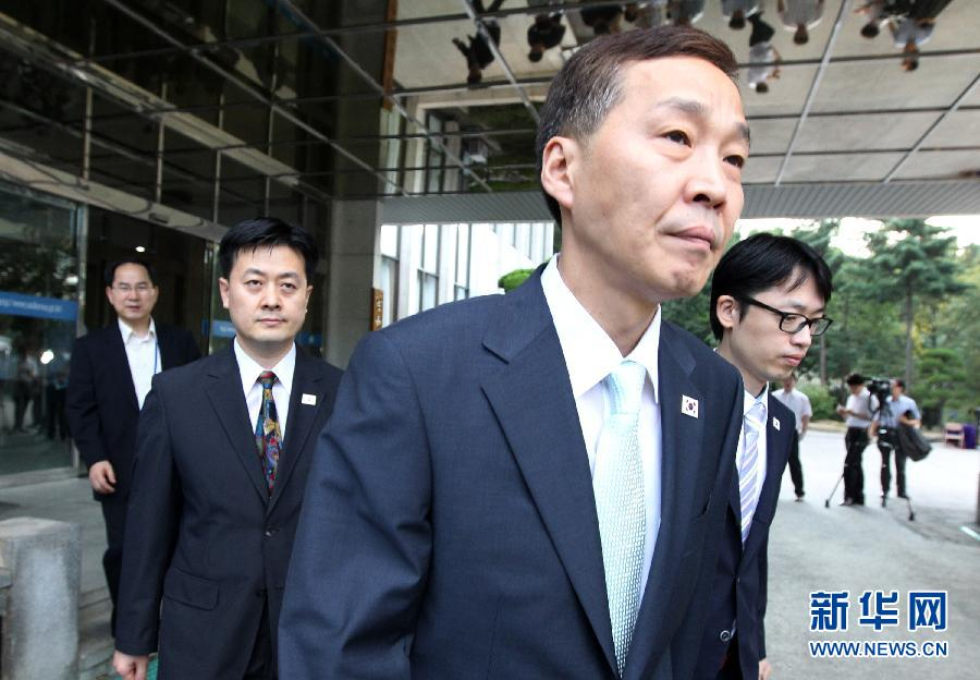 8月14日,韩方代表团团长金基雄(左)在离开首尔赴板门店前接受媒体采访。 朝韩双方8月14日就重启开城工业园展开新一轮会谈。新华社发(朴真熙摄)