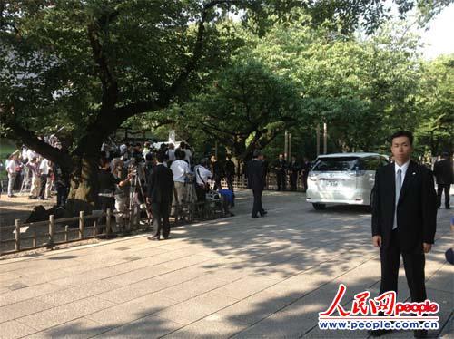 日本前首相小泉纯一郎之子15日参拜靖国神社。摄影:赵松