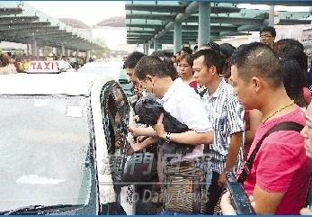 乘客争上的士,秩序混乱。来源 澳门日报