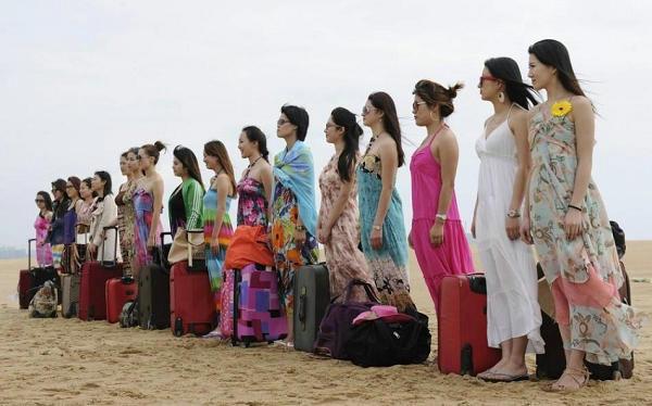 中国 女保镖/资料图:漂亮女保镖们在海边集合。