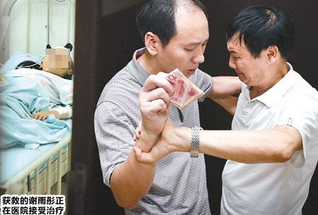 """昨日,儿童医院,谭俊的父亲(左)将一叠钱硬塞到谢雨彤的父亲手里,他说:""""救这个妹妹是他的心愿,这也是我这个做父亲的唯一能帮他做的……"""" 本版图片由记者 张路桥 实习生 程雯丽 摄"""