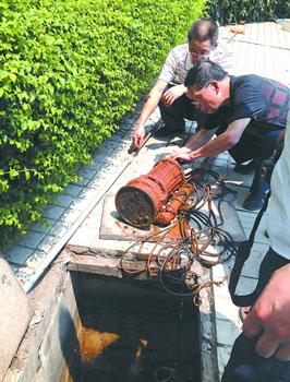 安监工作人员正检查水泵