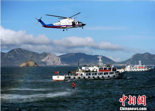 华东地区最大规模的商渔船碰撞海陆空立体救助演练在浙江舟山岱山举行。 华志波 摄