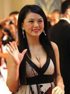 现在的李湘,身兼数职,电影制片人、主持人、歌手、演员、快乐星文化传播有限公司董事长、芒果影业总裁。而近日有知情人士称,李湘已从湖南卫视辞职,下一站将是深圳卫视,且有望担任副台长一职。