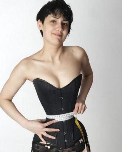 德国蜂腰靠塑身衣控制腰围。
