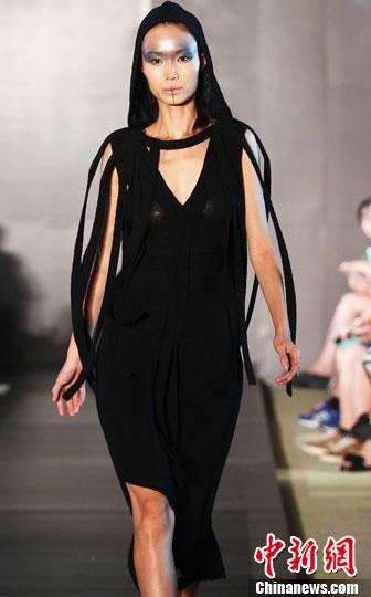 图为模特展示中美时装设计师作品。中新社发 钱兴强 摄