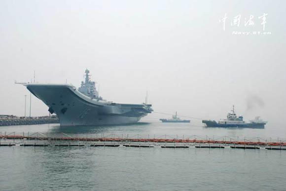 原文配图:辽宁舰在辅助船的拖带下,缓缓离开码头。马勇 摄
