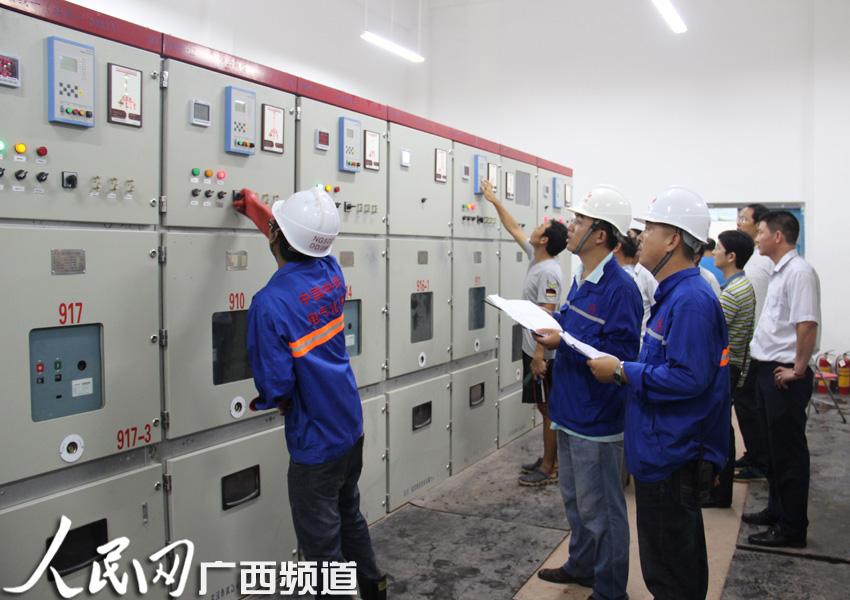 工程技术人员操作配电所内高压开关柜