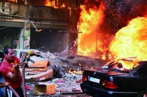 8月15日,在黎巴嫩贝鲁特,救援人员聚集在汽车炸弹爆炸现场。