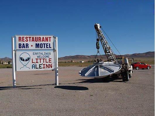 """原文配图:""""51区""""外面一家小旅店的招牌,店主自制了一艘""""UFO""""挂在卡车上。"""