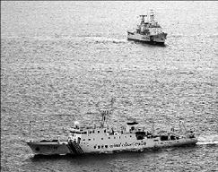 """15日,中国海警船前在钓鱼岛海域与日本海上保安厅船只后""""擦肩而过""""。路透社"""