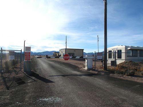 资料图:这里就是51区的大门,众多UFO迷们探寻的真相就在里面。