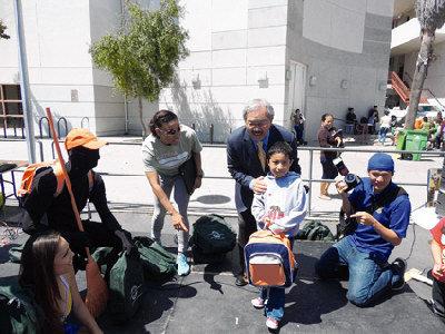 为领到书包的小朋友开心与李孟贤市长合照。美国《世界日报》/陈运璞 摄
