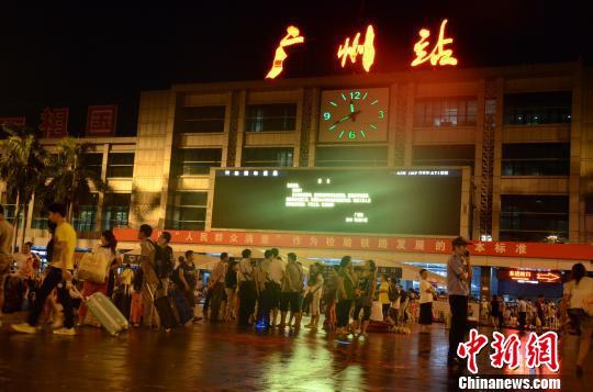 京广线广东境内因暴雨中断 广州站所有列车停运 陈启任 摄