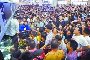 广州火车站退票人山人海。记者莫伟浓 摄