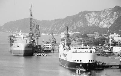 日前,国务院印发关于船舶工业加快结构调整的方案,这是新一届政府调结构、促改革的又一重大举措。图为七月十一日,在长江南京段南岸拍摄的中国外运长航重工金陵船厂在建船舶。