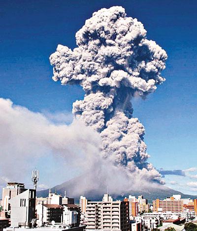 """8月18日下午,日本鹿儿岛市樱岛的""""昭和火口""""发生喷发,烟雾升至约5000米的高空。"""