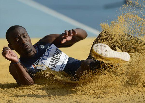 三级跳沙坑_图文:世锦赛男子三级跳远 塔姆霍跃入沙坑