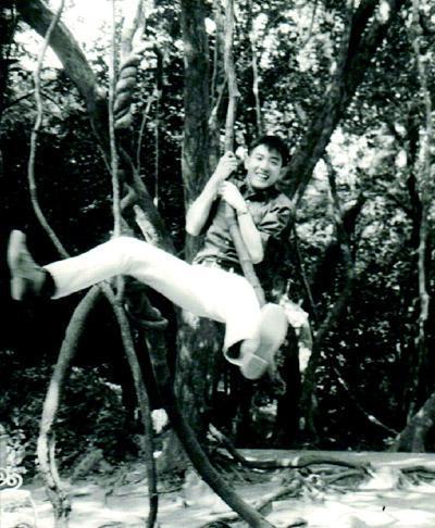 """他是好动中学生。如果没从政,他会是电影中的""""泰山""""吗?高中时代的马英九,出游时留下了这张荡树藤的照片,展现出俏皮的一面。"""