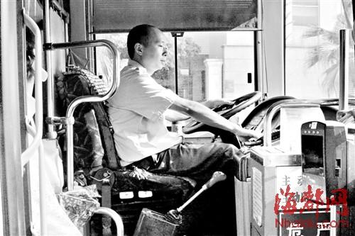 福州/75路公交车司机没有系安全带
