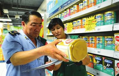 8月19日,银川市工商局兴庆二分局的工作人员在华润万家超市抽检奶粉。