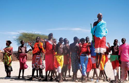 要看见乞力马扎罗,一定得早起。这座位于坦桑尼亚的非洲最高峰,最佳的观看角度却在肯尼亚的安博塞利国家公园里。