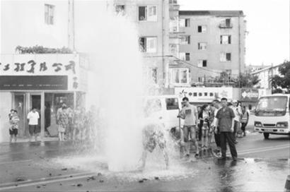 大连西山街井喷 5米高水柱激射1小时