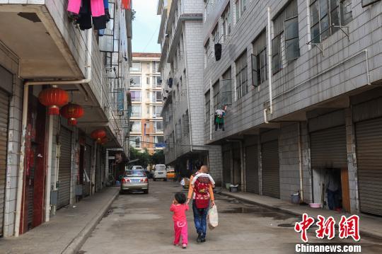 昆明市庄房村20余栋居民自建楼出现不同程度的倾斜,倾斜度最严重的达到30°,顶楼到底楼的上下相差达到1米多。 任东 摄