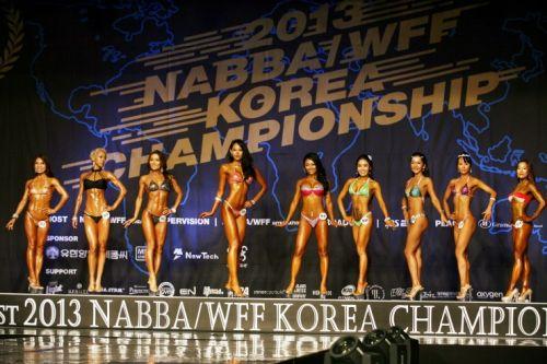 韩国宇宙小姐健美大赛 美女选手穿比基尼秀肌肉