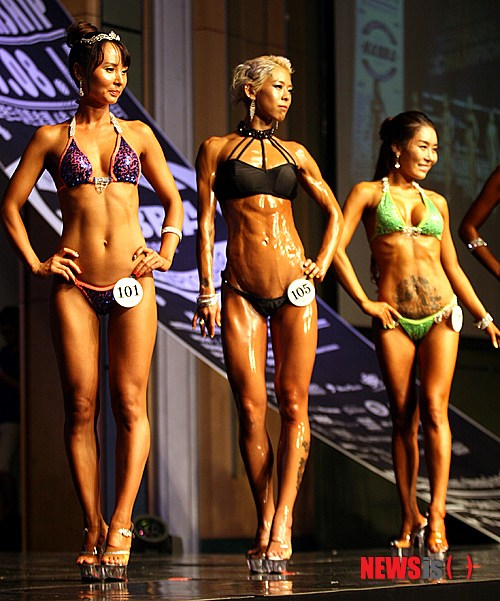 韩国宇宙小姐健美大赛美女选手穿比基尼秀肌肉