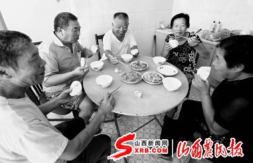 幸福 香河县/河北省香河县前套村在今年的基层建设年活动中,建起了孤寡老人...